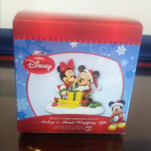 Mickey & Minnie Wrapping Gifts